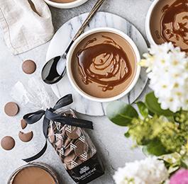 Pannacotta de chocolate de leche y salsa de caramelo